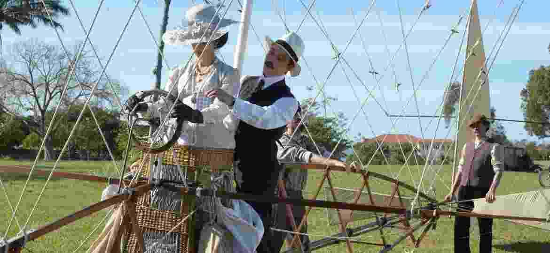 Santos Dumont com uma de suas invenções na minissérie homônima da HBO - Divulgação/HBO