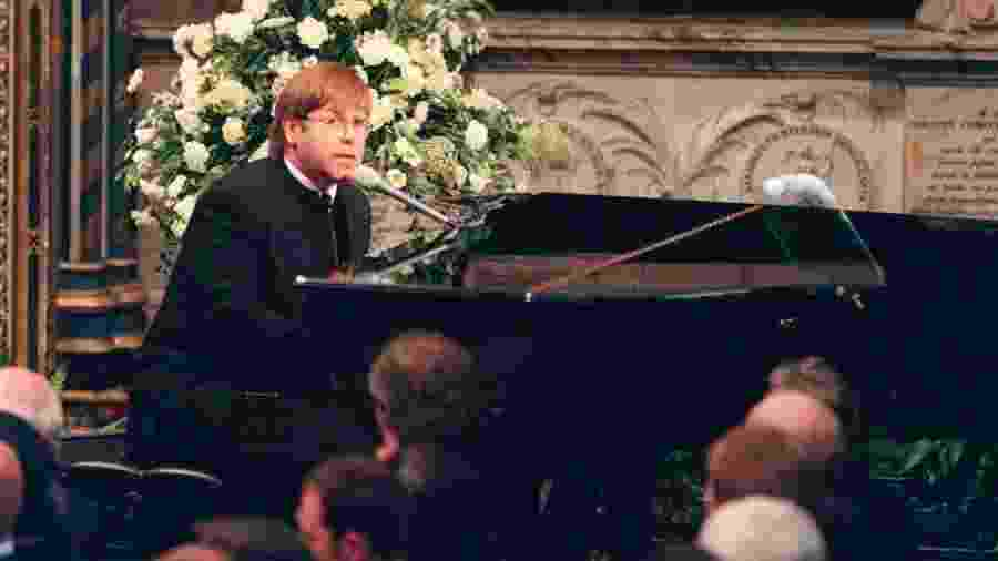 06.set.1997 - Elton John canta Candle in the Wind no funeral da Princesa Diana  - Anwar Hussein/WireImage