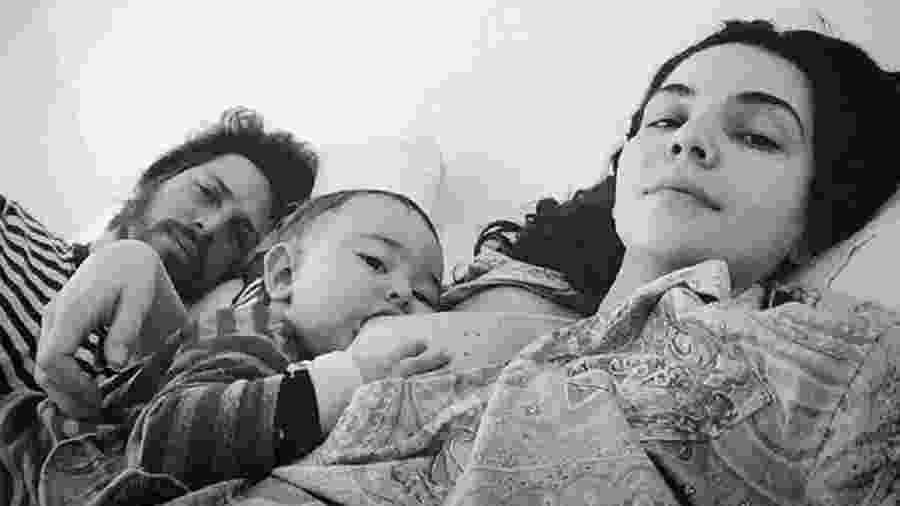 Tainá Müller amamentando o filho Martin ao lado do marido, Henrique Sauer - Reprodução/Instagram
