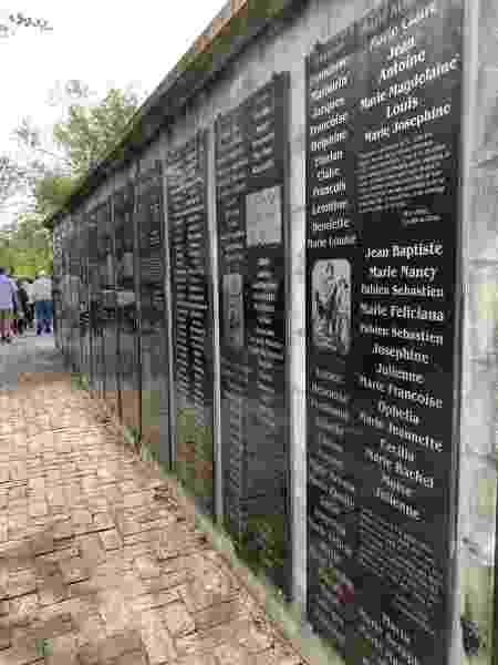 Mural em homenagem aos escravos comercializados, nascidos ou não, em território americano - Janaina Garcia/UOL