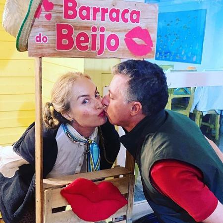Angélica e Luciano Huck se beijam em festa junina na quarentena - Reprodução/Instagram