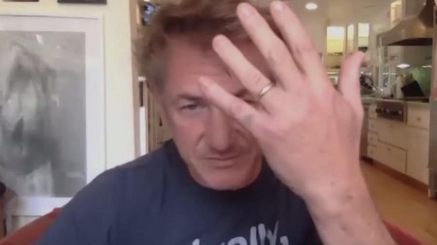 Sean Penn mostrando a aliança de casamento com Leila George - Reprodução
