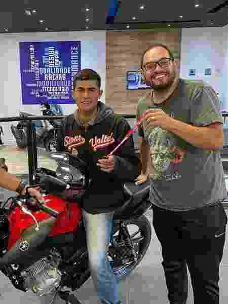 Humorista Matheus Ceará (direita) entregou moto para o entregador Matheus Pires - Reprodução/Instagram