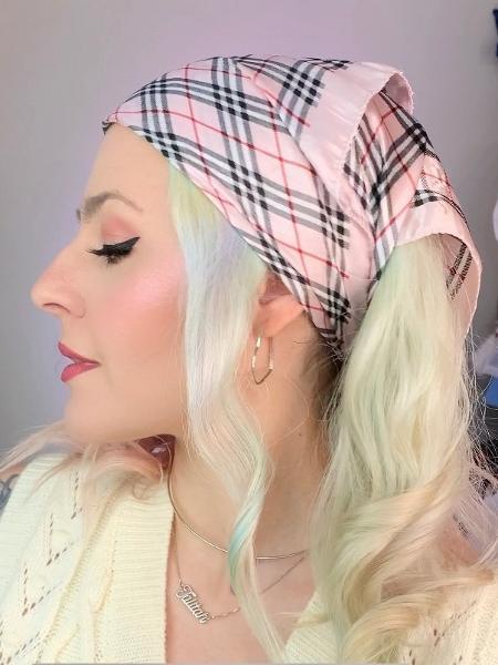 Essa forma de amarrar o lenço fica bem em todos os tipos de cabelo - Natália Eiras