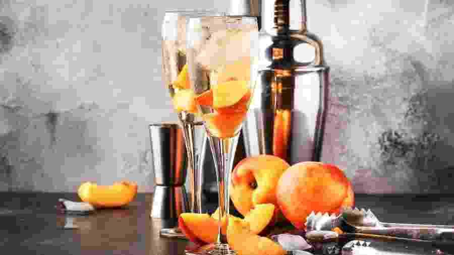 Bellini: drinque preparado com espumante - Getty Images/iStockphoto