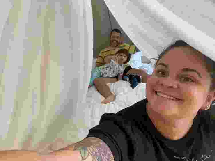 Juliano, Agnes e Benjamin no quarto de hotel onde ficaram isolados na Austrália - Arquivo pessoal - Arquivo pessoal