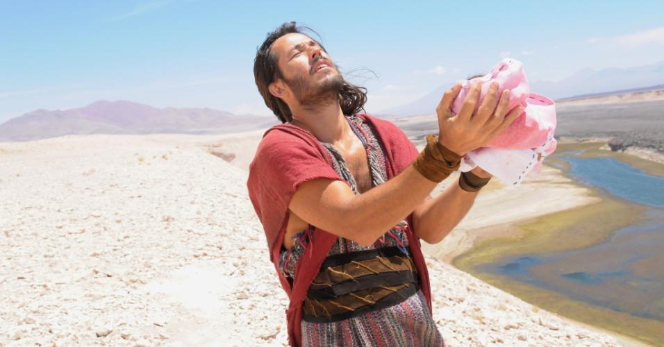 Na primeira fase da novela, Anrão (Roger Gobeth) levanta o filho Moisés para o alto e pede proteção de Deus para que o bebê escape do decreto do faraó Seti, que determinava que todo menino recém nascido deveria ser morto