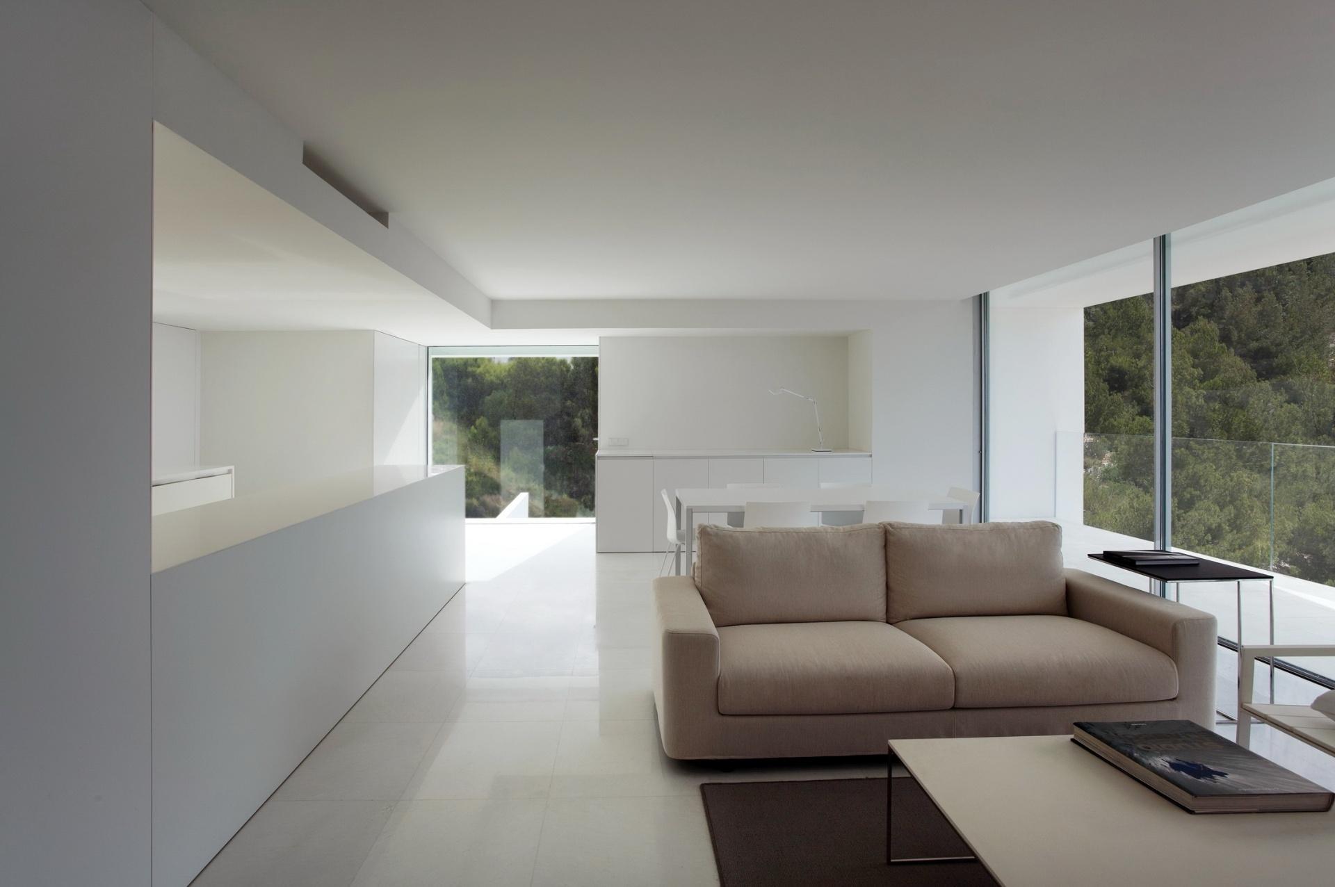 A Casa no Penhasco mede 240 m² e seu salão social fica integrado à cozinha e à varanda com vista para o mar Mediterrâneo. Esta última (à dir.) se separa do ambiente interno por folhas de vidro corrediças. Ao fundo, a mesa de jantar Neta e as cadeiras Trazo são da Dynamobel e o sofá Definy é da marca Grassoler. A Casa do Penhasco, na Espanha, tem interiores desenvolvidos pelo designer Alfaro Hofmann e arquitetura assinada pelo escritório Fran Silvestre Arquitectos