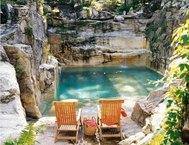"""A empresa Aqua Pool transformou a antiga pedreira em uma piscina com queda d""""água - Divulgação/ Aqua Pool"""