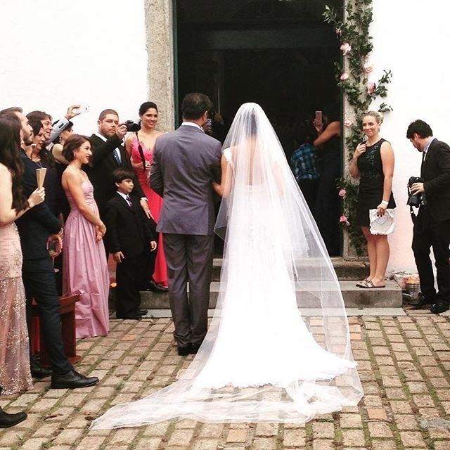 6.dez.2015 - Sophie Charlotte espera para entrar na igreja acompanhada de seu pai, José Mário da Silva, para se casar com o ator Daniel de Oliveira. A atriz está grávida de seis meses