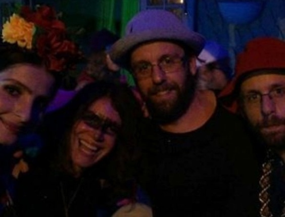 05.fev.2016 - A dupla de artistas Os Gêmeos se diverte durante o Baile do Sarongue, festa tradicional do Carnaval carioca. O baile reúne famosos e anônimos, e o local é secreto até a última hora