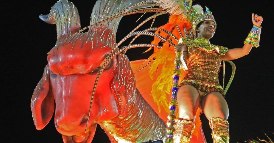 7.fev.2016 - Comissão de frente da Estácio da Sá. Carro traz a imagem do dragão, um dos elementos que representa a guerra entre o bem e o mal na região da Capadócia. A escola homenageia São Jorge em seu enredo