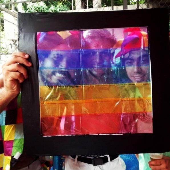 7.fev.2016 - Foliões do bloco Boi Tolo criam fantasia inspirada no filtro do Facebook em apoio à diversidade sexual