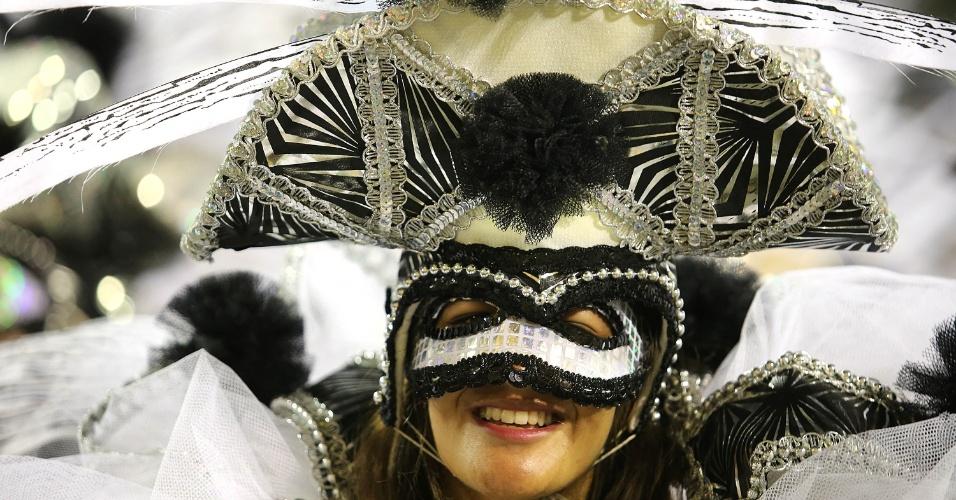 9.fev.2016 - Foliona desfila pela São Clemente na madrugada desta terça-feira