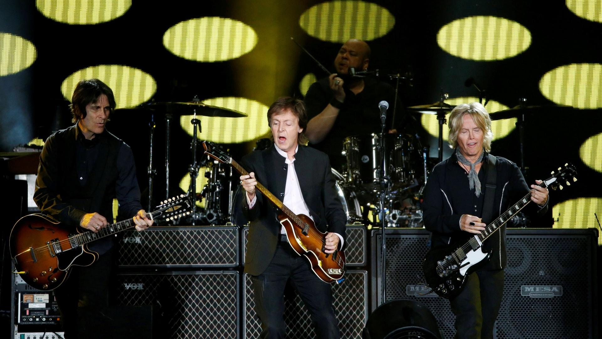 8.out.2016 - Paul McCartney fechou o segundo dia do festival Desert Trip, no Empire Polo Field, em Indio, na Califórnia, com hits dos Beatles e dos Wings