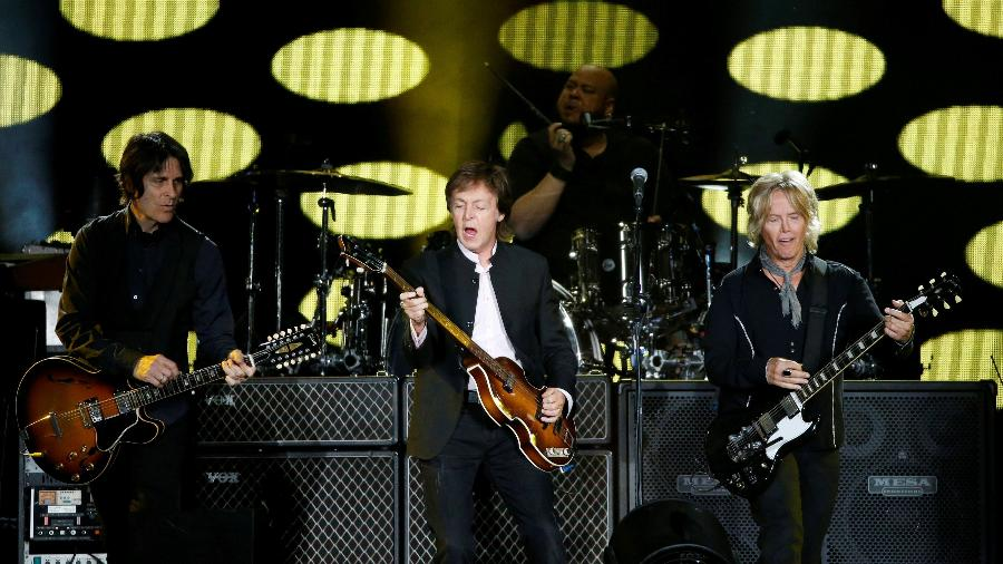 8.out.2016 - Paul McCartney fechou o segundo dia do festival Desert Trip, no Empire Polo Field, em Indio, na Califórnia, com hits dos Beatles e dos Wings - Mario Anzuoni/Reuters