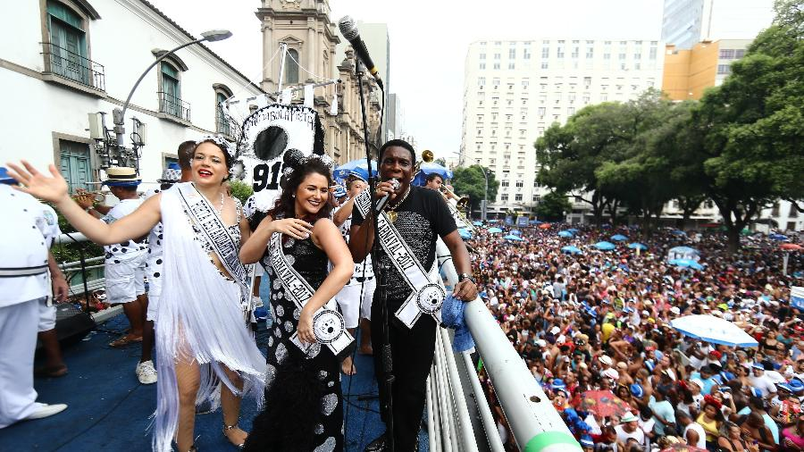 A atriz Leandra Leal (e), a cantora Maria Rita (c) e o sambista Neguinho da Beija Flor no desfile do tradicional bloco carnavalesco Cordão da Bola Preta, no desfile do ano passado - Wilton Junior/Estadão Conteúdo