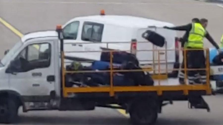 Funcionários do aeroporto de Luton e as bagagens - Reprodução/Facebook