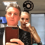 """Com """"chapéu de telefone"""" na cabeça, Angélica imita Chacrinha ao lado do marido, Luciano Huck, no camarim, antes de gravar o especial """"Chacrinha, o Eterno Guerreiro"""", da Globo e do canal pago Viva - Reprodução/Instagram/lucianohuck"""
