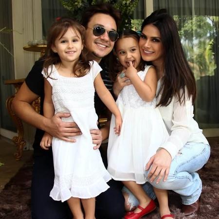 Leandro, vocalista do grupo KLB, com a mulher, a modelo Natália Guimarães e as filhas gêmeas Maya e Kiara - Marcos Ribas/Brazil News