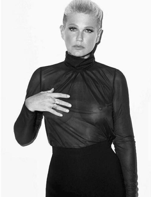 Às vésperas de completar 54 anos, Xuxa voltou a exibir os seios de maneira bem evidente. Os seguidores, é claro, enlouqueceram