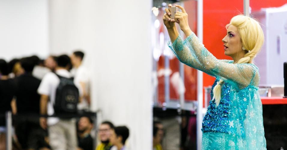 Livre estou! Elsa registra tudo no InstagramPúblico capricha no cosplay no primeiro dia de CCXP