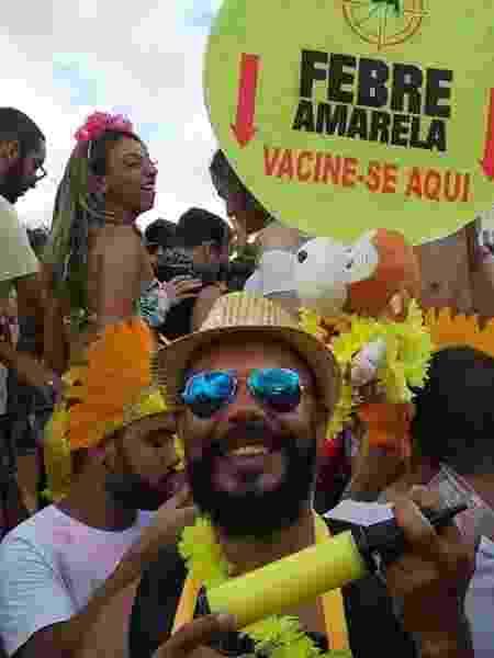 Fantasia de vacina da febre amarela do artista plástico Carlos Andre Mattos chamou a atenção no bloco Então Brilha em BH - Miguel Arcanjo Prado/UOL