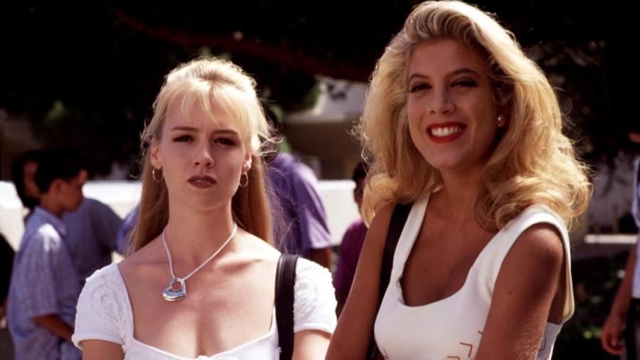 """Kelly (Jennie Garth) e Donna (Teri Spelling) em """"Barrados no Baile"""" - Reprodução"""