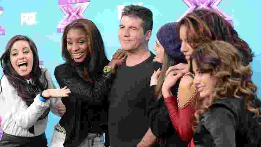 Simon Cowell e as cantoras do grupo Fifth Harmony em foto de 2012 - Jason Merritt/Getty Images