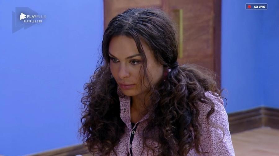 Fernanda Lacerda conversa com Caique Aguiar no quarto da sede  - Reprodução/PlayPlus
