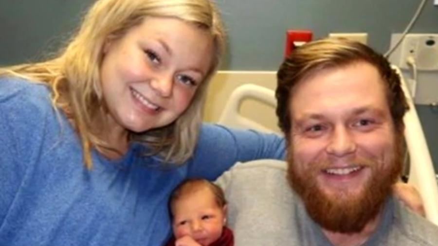 Ashley, Andrew e o novo membro da família  - Reprodução/CBS News