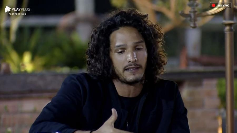"""João Zoli conversa com os peões em """"A Fazenda 10"""" - Reprodução/PlayPlus"""