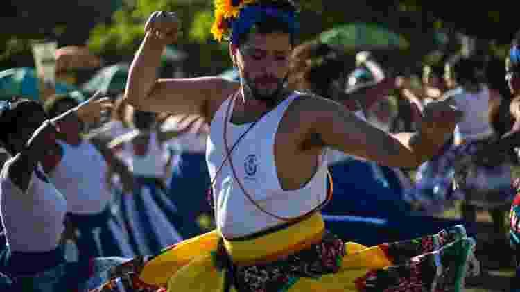 Homens também são livres para rodarem suas saias em cortejo do Tambores de Olokun - Bruna Prado/UOL - Bruna Prado/UOL