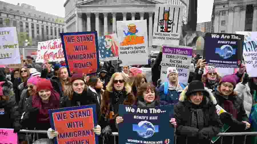 Manifestantes levam cartazes que questionam a política de imigração do presidente norte-americano Donald Trump - Angela Weiss