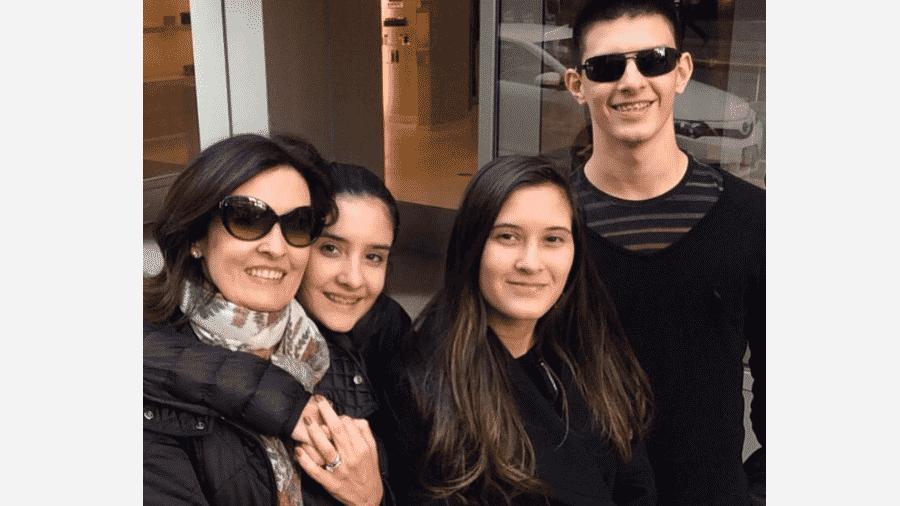 Fátima Bernardes com os filhos trigêmeos, Beatriz, Vinícius e Laura Bonemer - Reprodução/Instagram