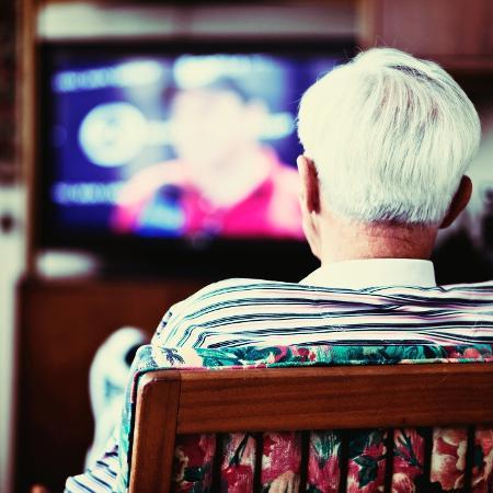 Ver TV por 3,5 horas ou mais por dia prejudica memória em idosos - iStock