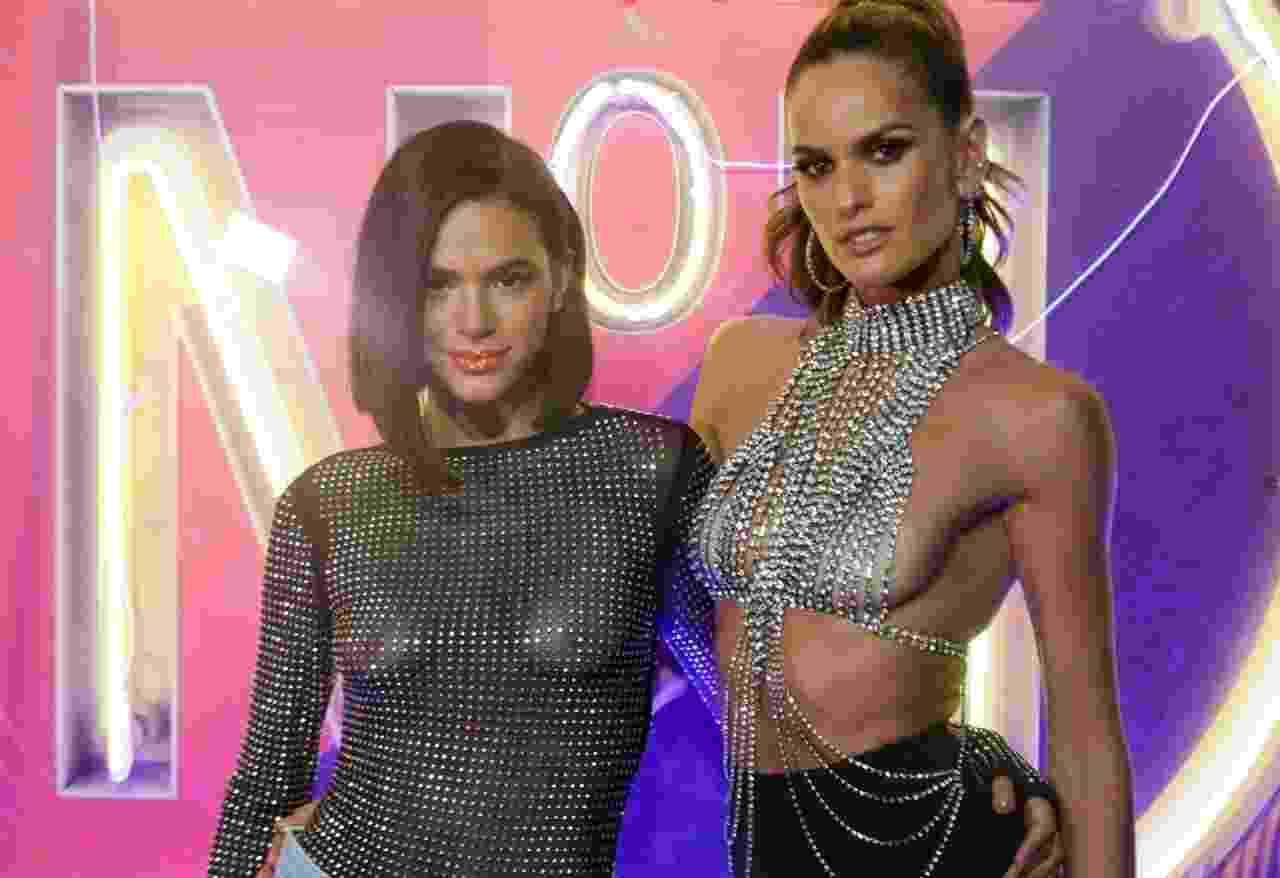 A atriz Bruna Marquezine e a modelo Izabel Goulart - Famosos curtem o camarote CarnaUOL N1 2019 no Desfile das Campeãs no RJ - - Matias Maxx / UOL