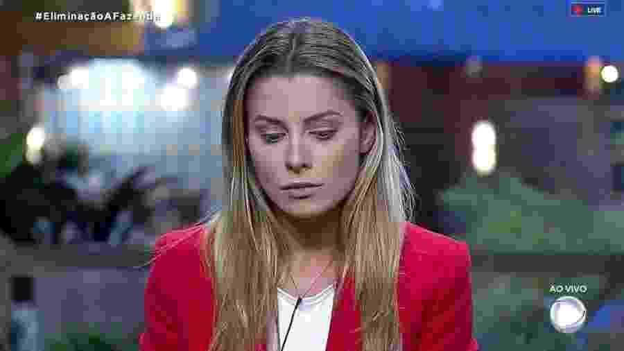 Aricia escuta o apresentador Marcos Mion falar o resultado da roça  - Reprodução/RecordTV