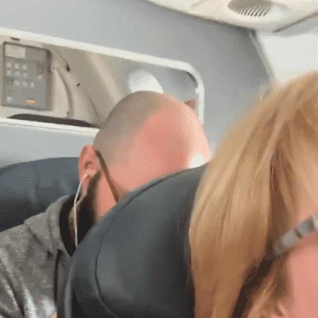 Mulher filma homem dando socos em seu assento do avião após ela reclinar - Reprodução/Twitter