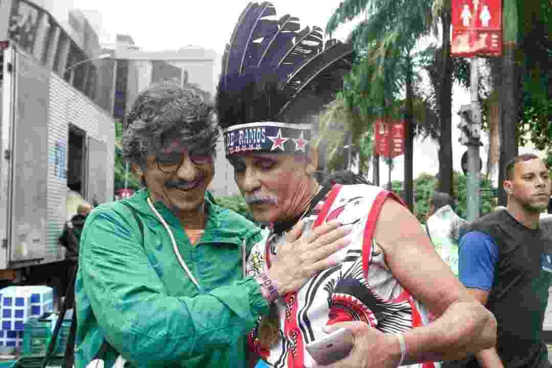 Luiz Carlos Lima, conhecido como Boneco do Cacique de Ramos, entrega cocar, símbolo do tradicional bloco carioca, para Pedro Luís, vocalista e fundador do Monobloco - Marcelo de Jesus/UOL