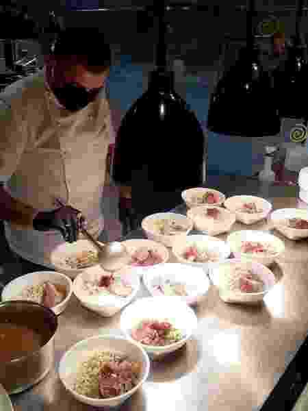 Jefferson Rueda, chef da Casa do Porco, prepara marmitas para doação - Divulgação