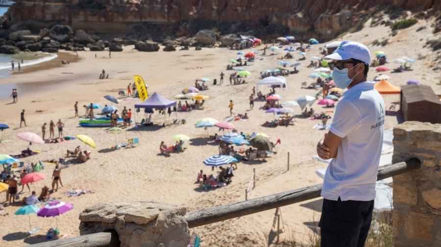 Praia de Cala del Aceite é vigiada por funcionário do governo para controle de aglomerações - Getty Images