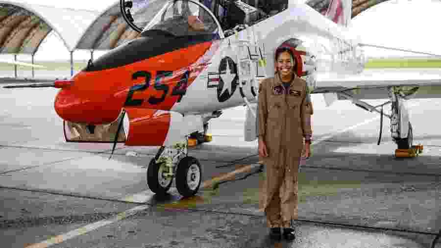 Tenente Madeline Swegle se torna a primeira piloto de caça negra da Marinha dos EUA  - Reprodução/Twitter @CNATRA