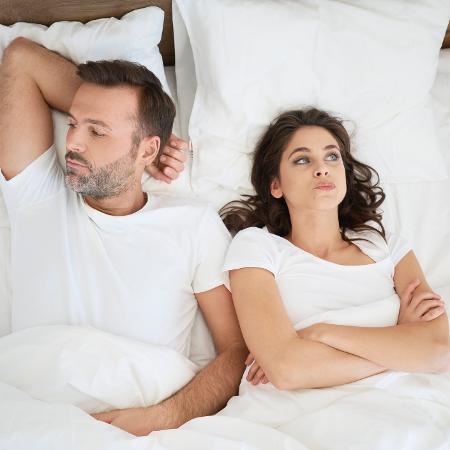 Casal frustrado na cama; casal sem sexo; homem e mulher - Westend61/Getty Images/