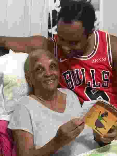 Ernesto Xavier com a avó, Chica Xavier, que morreu hoje aos 88 anos - Reprodução/Instagram