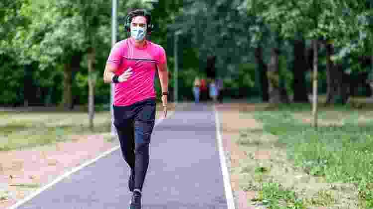 Homem pratica corrida com máscara - iStock - iStock