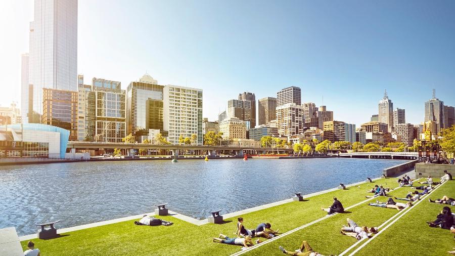 """Pessoas aproveitando o sol na grama de Melbourne, onde mora o brasileiro Guilherme Dorf - James O""""Neil/Getty Images"""