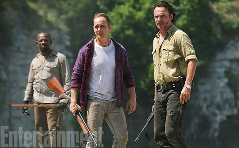 "29.jul.2015 - Foto da sexta temporada de ""Walking Dead"", divulgada pela revista ""Entertainment Weekly"", mostra Rick (Andrew Lincoln) (à dir.) ao lado de Carter (Ethan Embry)"