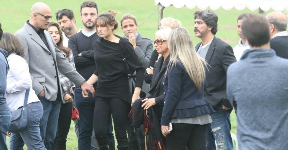 13.set.2015 - Xuxa é acompanhada por Sasha e Junno no sepultamento do irmão Cirano Rojabaglia