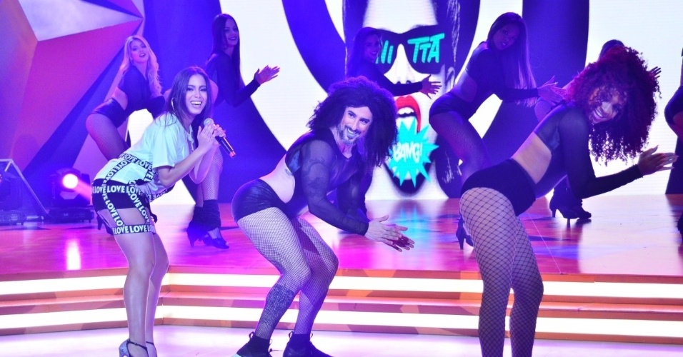 """4.nov.2015 - Marcos Mion """"encarna"""" bailarina de Anitta e dança a coreografia de """"Bang"""" no palco do """"Legendários"""""""